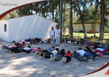 Alumnos de sede Atotonilco en clase de acondicionamiento físico