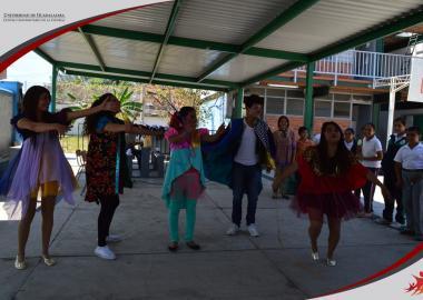 """Alumnos del Taller de Teatro CUCIÉNEGA presentando obra de teatro """"El circo de los amigos"""""""