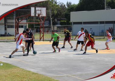 Alumnos del CUCIÉNEGA sede Ocotlán jugando futbol