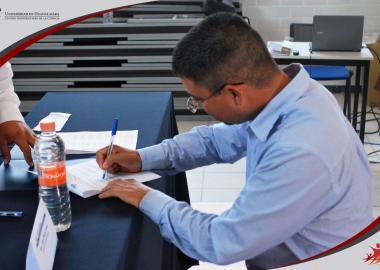 Miembros del Comité Consultivo de la carrera de Químico Farmacéutico Biólogo realizando la firma del acta