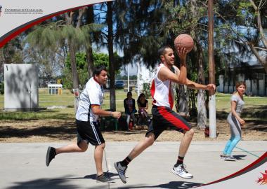 Alumnos de sede La Barca jugando basquetbol