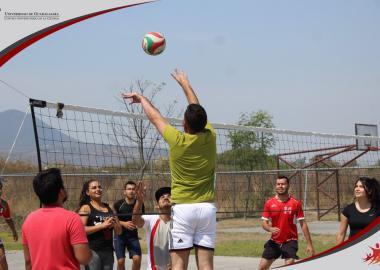 Alumnos de sede Ocotlán jugando volibol