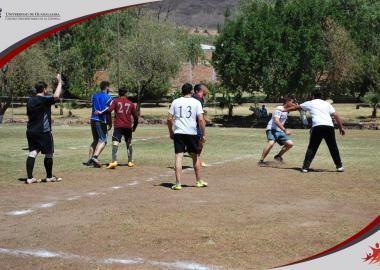 Alumnos de sede Atotonilco jugando futbol