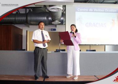 Entrega de constancia al ponente Lic. Juan Ramón González Rodríguez