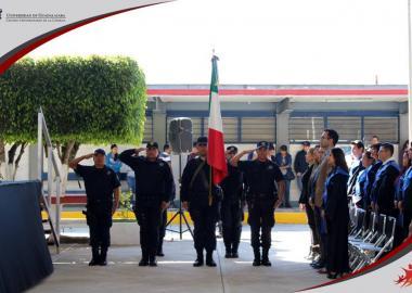 Policia municipal de la Barca Jalisco haciendo honores a la bandera.