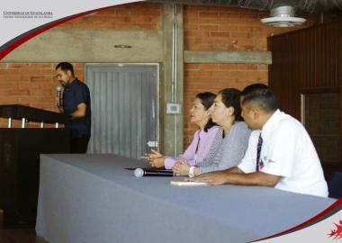 Presentación del Presídium integrado por la Directora de la División de Ciencias Económico Administrativas, la profesora María Patricia González y el ponente Lic. Juan Ramón González Rodríguez