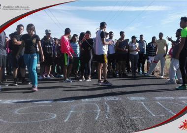 Alumnos de sede La Barca corriendo maratón