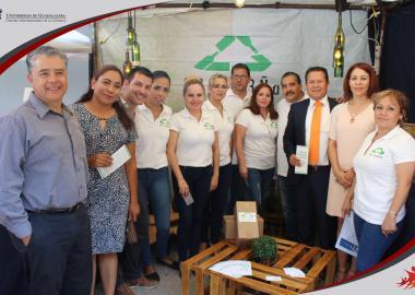 Equipo participante con autoridades municipales y universitarias
