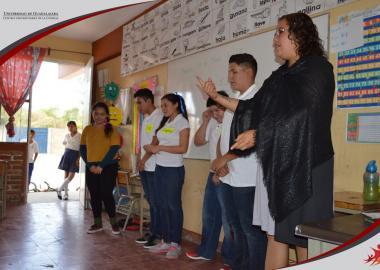 Alumnos del Taller de Teatro CUCIÉNEGA trabajando con niños de escuela primaria