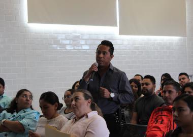 Alumno realizando preguntas